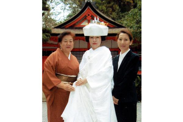京都府「新郎新婦着せ付け」京都の吉田神社にて上谷さんのご婚礼のお支度を村上寿子 花嫁着付師と明﨑美智子 花嫁着付師が着せ付け